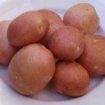 Клубни картошки на тарелке
