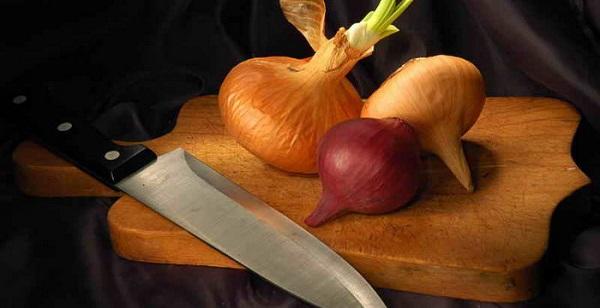 Лук на доске с ножом