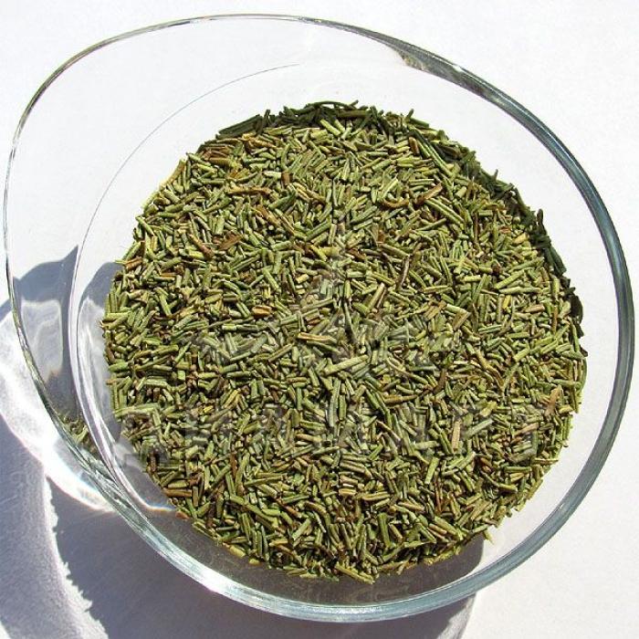 Семена розмарина в тарелке