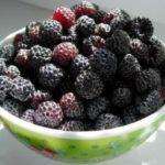 Черная малина в тарелке