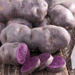 Урожай цветного картофеля на столе
