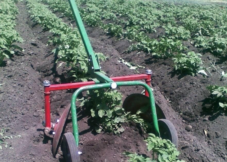 Окучивание картофеля ручным окучником