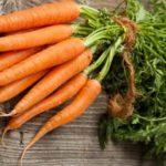 Пучок морковки на столе