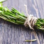 Связанные ветки травы на столе