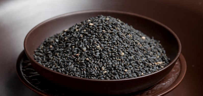 Семена базилика в тарелке
