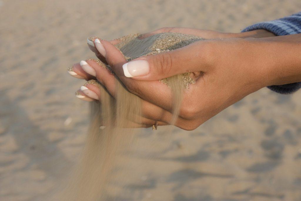 Горсть песка в руках