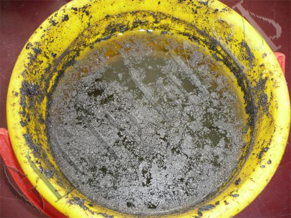 Разведение золы и горячей воды для подкормки