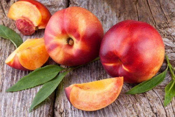 Зрелость персика можно определить по виду