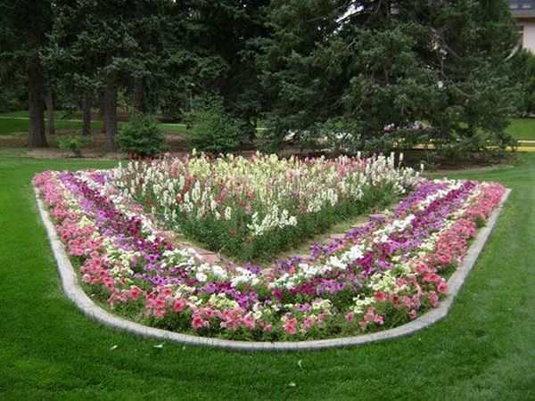 Симметричный цветник в саду