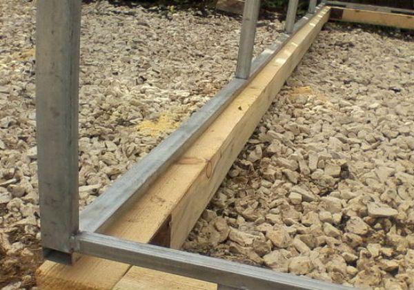 Установка металлокаркаса на фундамент из бруса