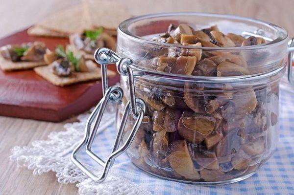 Консервированные грибы нужно употребить в течение года