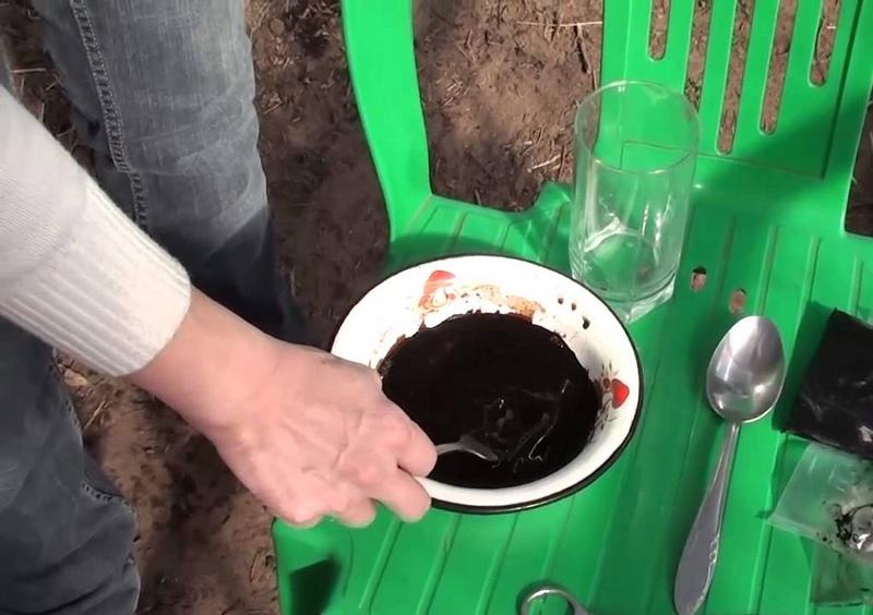"""Процесс обеззараживания почвы """"Фитоспорином"""""""