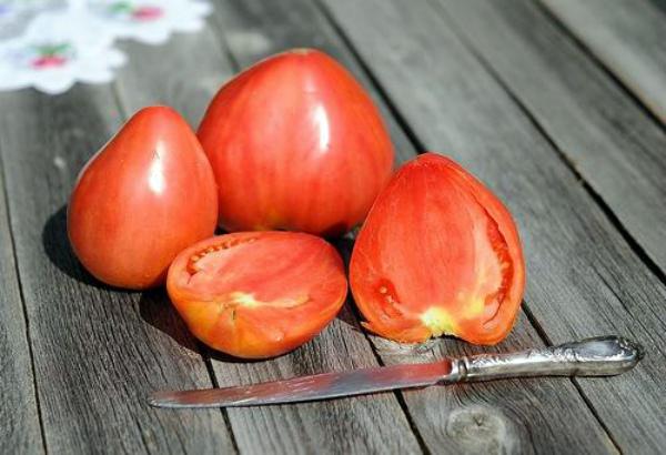 Спелые помидоры сорта Бычье сердце