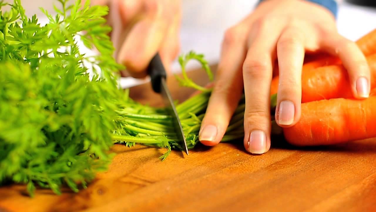 Обрезка ботвы у моркови