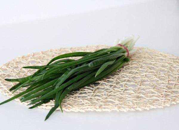 Зеленые перья лука на столе