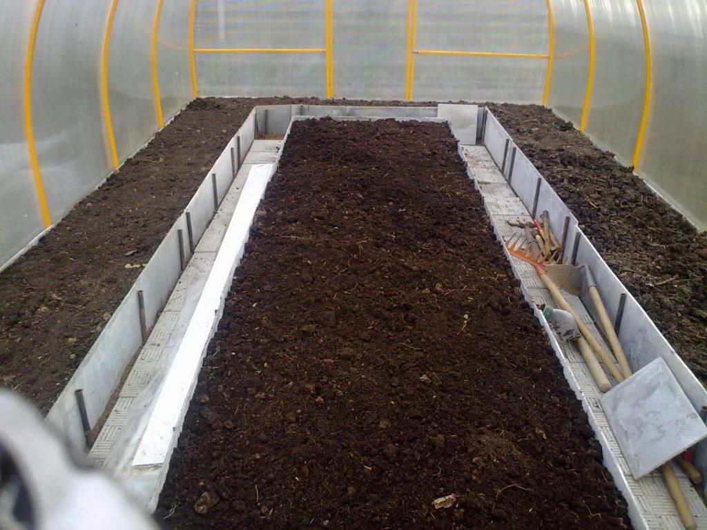 Подготовленная земля для помидоров в теплице