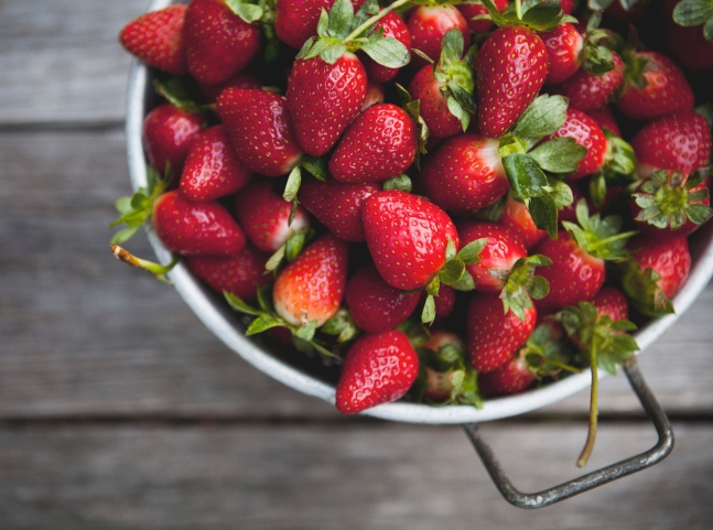 Красивые и спелые ягоды клубники в миске