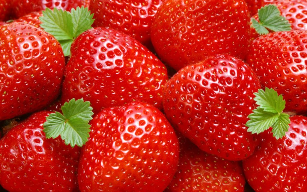 Крупные спелые ягоды клубники