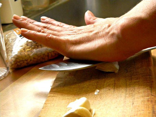 Чистка чеснока лезвием ножа