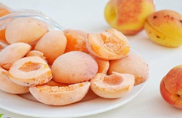 Можно замораживать фрукты целиком, а также дольками