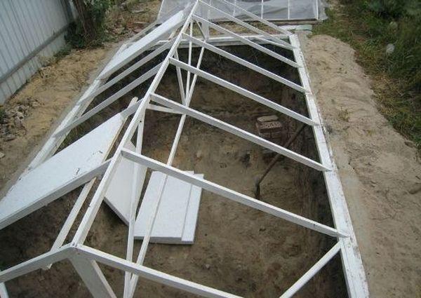 Монтаж крыши заглубленной теплицы
