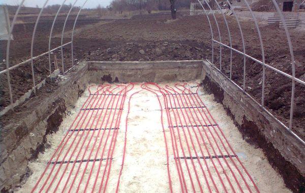 Преимуществом зимних теплиц является наличие системы отопления