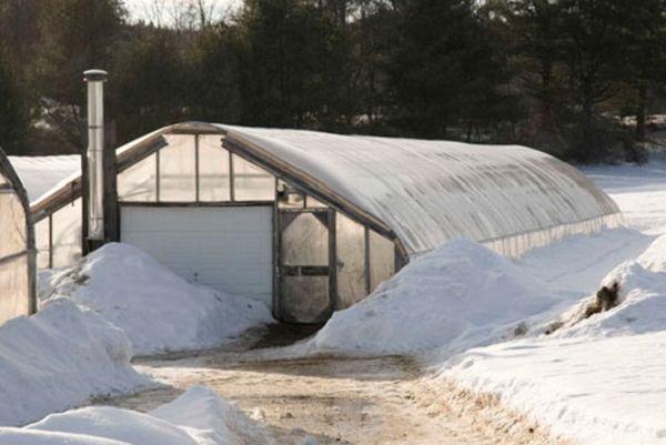 Зимние теплицы должны строиться на твердом фундаменте