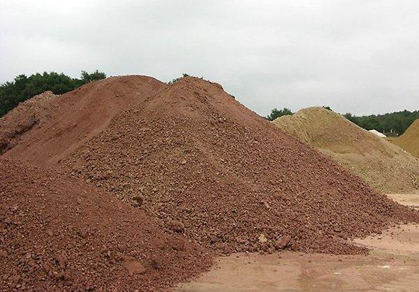 Следует внести глину для повышения связности почвенных частиц
