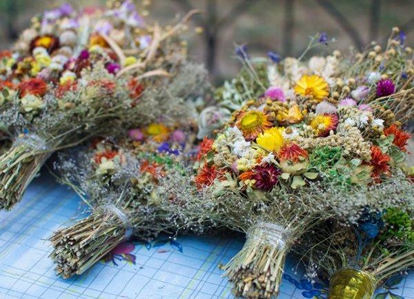 Помимо меда, в церкви святят букеты из трав и цветов
