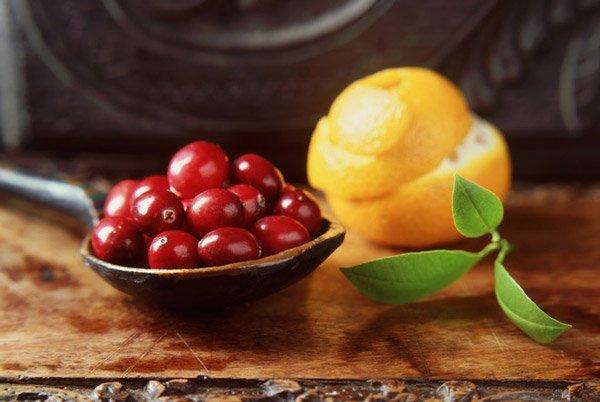 Подготовка брусники и апельсина для варенья