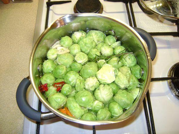 В маринованную брюссельскую капусту можно добавить помидоры