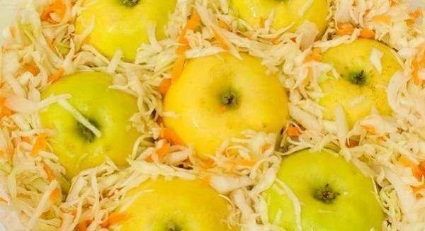 Кислые моченые яблоки с капустой