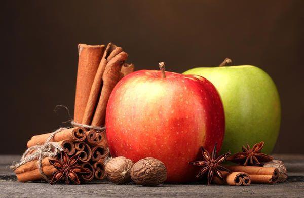 Яблоки можно замочить с корицей, мятой и гвоздикой